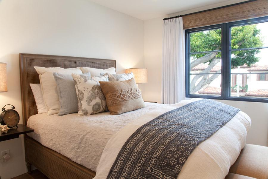 beachy bohemian guest bedroom, knit pillows